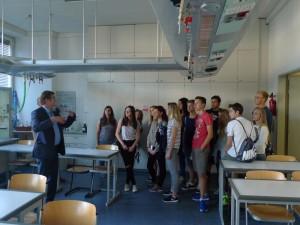 Pan ředitel Fischer nám ukazuje učebnu chemie