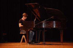 Mirek Šumbera (3.C) okouzlil publikum svou vlastní klavírní skladbou.