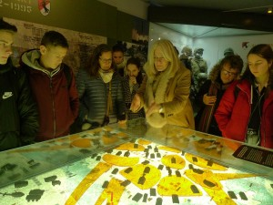 paní Melber v muzeu ukazuje, kudy by šel útok