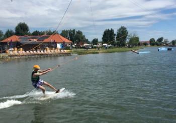 Kurz jízdy na wakeboardu a na vodních lyžích