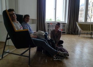 V nově upravené německé knihovně Goethe-Institutu čekáme na výsledky.