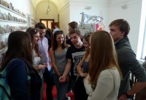 Po debatě Klára debatuje se spolužáky o své debatě.