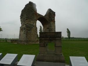Toto je tzv. pohanská brána (vpředu malá rekonstrukce, vzadu zbylé torzo).