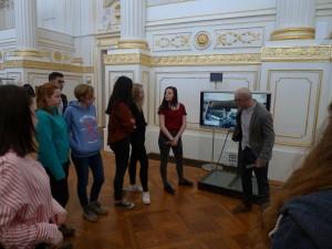 Průvodce nám v Hofburku ukazuje, že jsme v křídle redutového sálu.