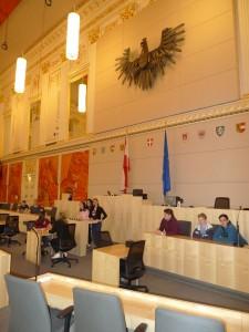 Nezbytný řečnický pult a přednostní místa pro ministry vlády.