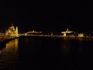 Noční Budapešť se svými dominantami: Dunaj, parlament, hrad Budín, Matyášův chrám.