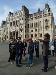 Před maďarským parlamentem (shodou náhod se o tři dny později konají v Maďarsku volby).