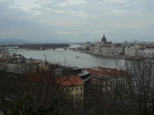 Pohled z Budína na parlament na druhém břehu v Pešti.